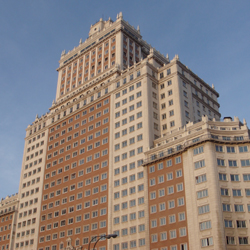 Comme Barcelone, Madrid a rêvé d'urbanité moderne et regardé vers New York, pour les gratte-ciel mais non le plan, que dicte ici l'escarpement.