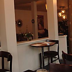 Dans un autre «café de la jeunesse perdue», j'enchaîne les vodkas-martini avec François B2 et son humour opportuniste.