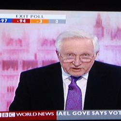 Au départ, la soirée électorale était grandiose et éblouissante comme Westminster. On attendait les 10 coups de Big Ben pour annoncer les sondages sortie des urnes. Tout évoquait la belle tradition de démocratie: la course poursuite du dépouillement à Sunderland pour annoncer les résultats les premiers, les candidats à badges capitonnés en rang sur l'estrade, un service public audiovisuel élégant et ironique.